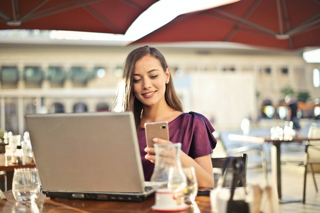 Ejemplo de teletrabajo desde la terraza de una cafetería, para ejemplificar otro tipo de teletrabajo. Foto de Andrea Piacquadio en Pexels